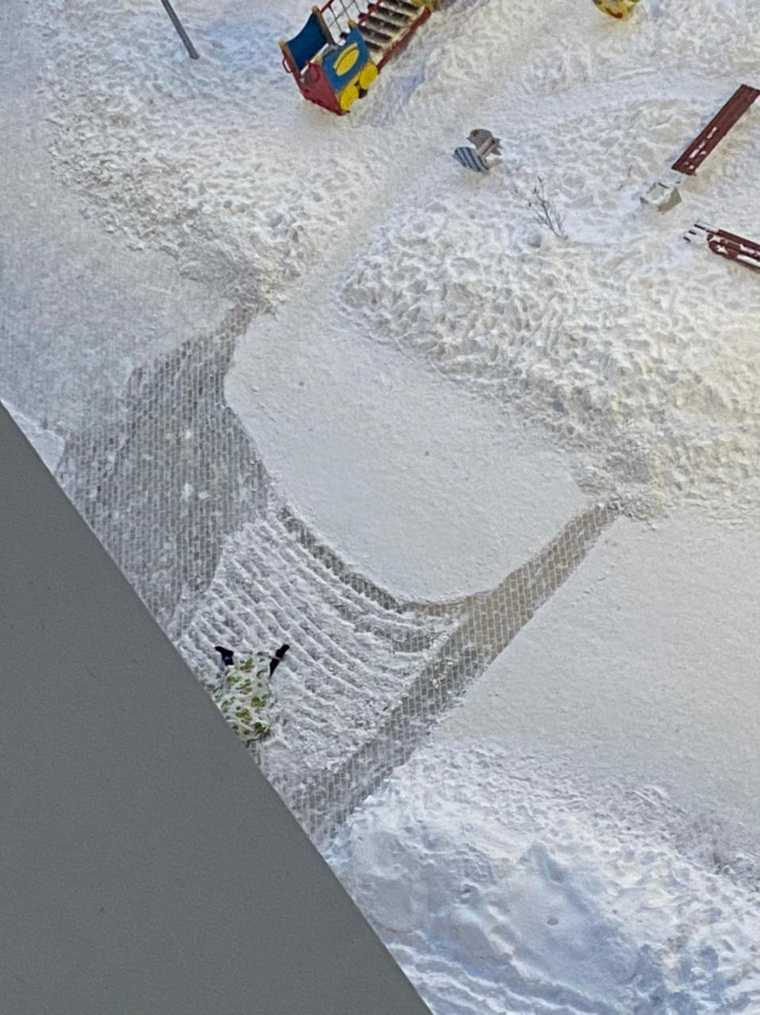 В Екатеринбурге под окнами многоэтажки нашли тело мужчины. Фото