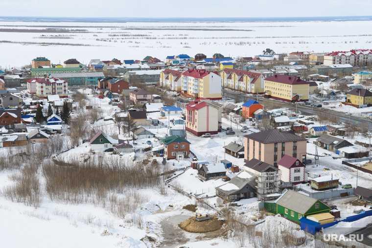 В Салехарде подъезд жилого дома покрылся льдом