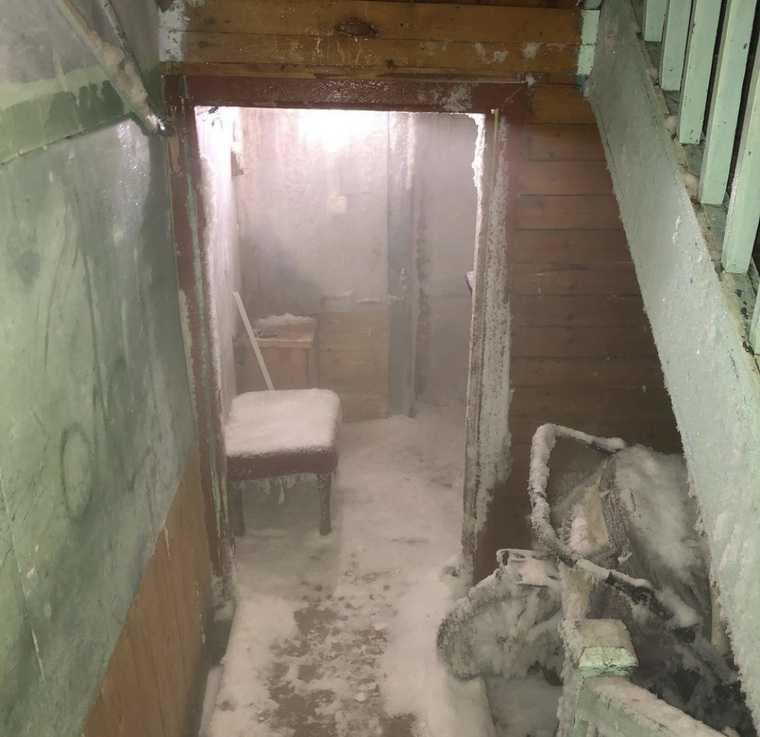 В ЯНАО подъезд жилого дома покрылся льдом. Фото