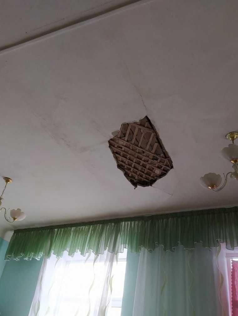 В челябинской школе на детей обрушился потолок. Фото