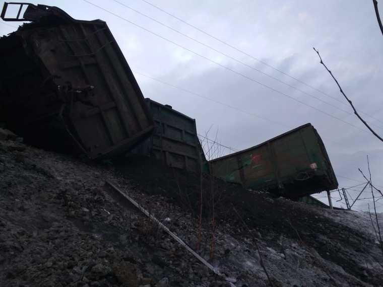 В челябинском МЧС объяснили, почему поезд сошел с рельсов. Фото, видео