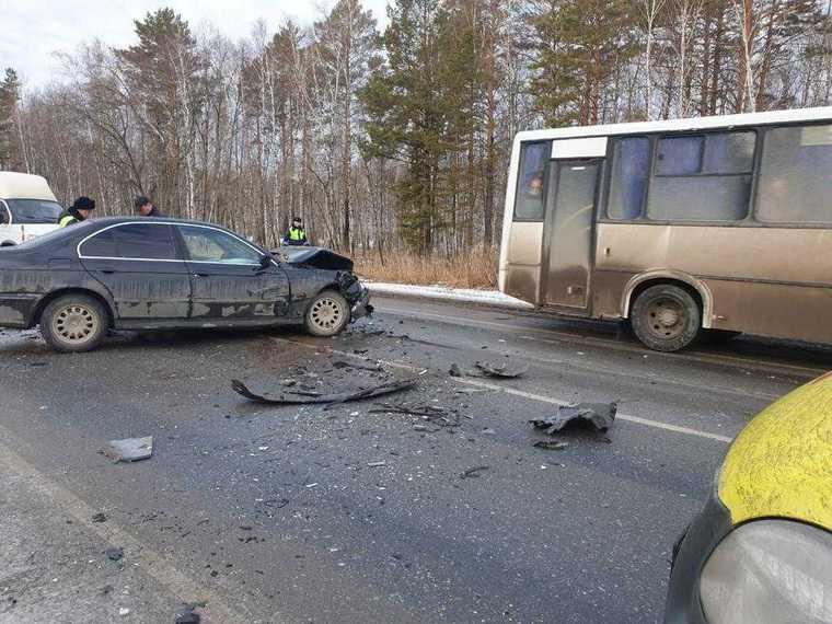 В Тюменской области две иномарки столкнулись с автобусом. Есть погибший. Фото