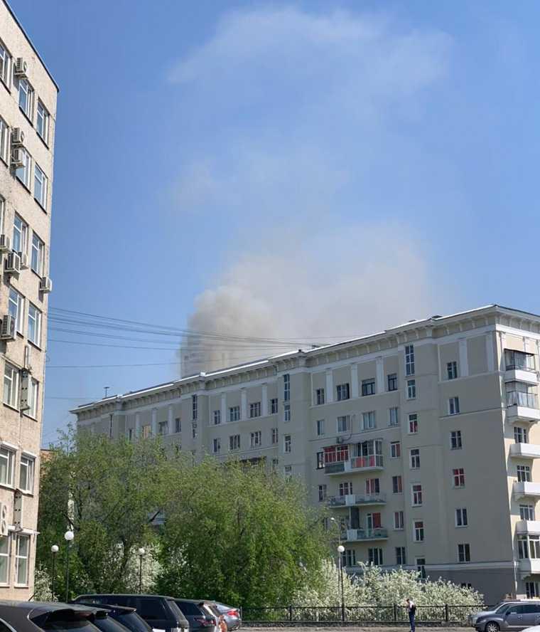 В центре Екатеринбурга загорелась историческая многоэтажка. Фото, видео