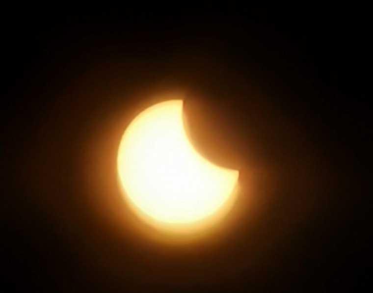 Пермяки публикуют снимки солнечного затмения в соцсетях