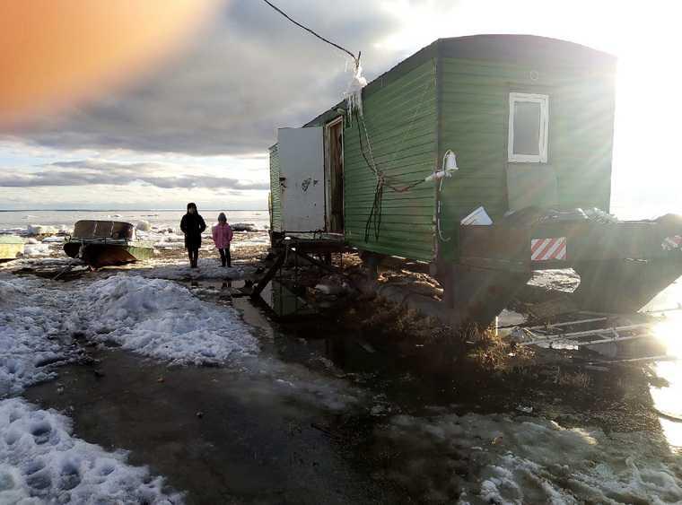 Семья с детьми в ЯНАО четыре года замерзает в вагончике. Фото